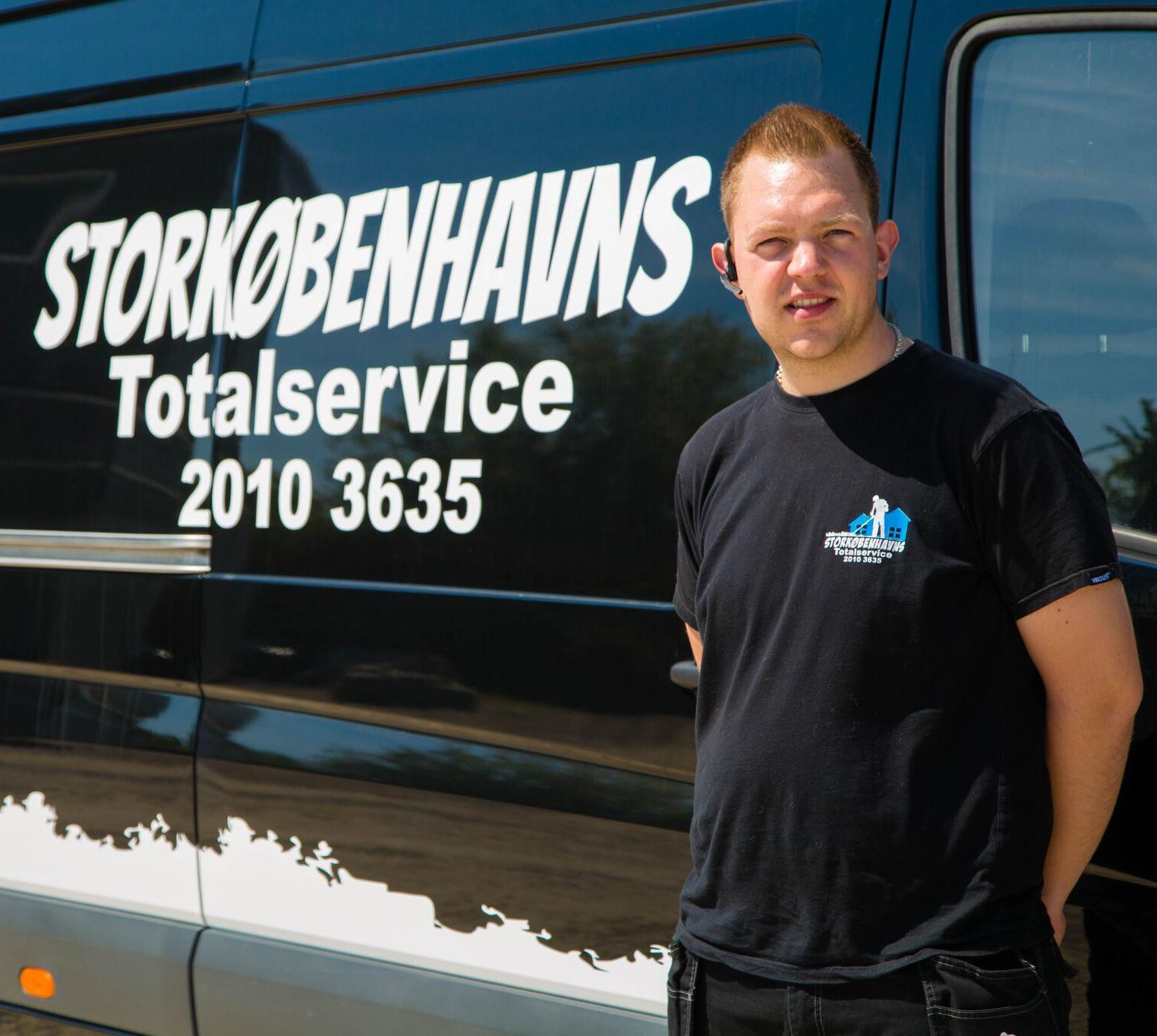 Billede af ejer Paw foran en SK totalservice varevogn